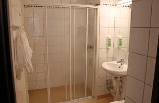 Badrum med dusch och toalett