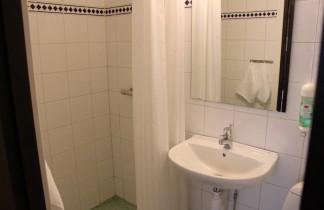 Badrum med toalett och dusch